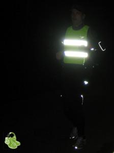 Daniel unterwegs mit Reflektorweste morgens im Dunkeln